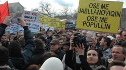 Protest u Prištini eskalirao: Demonstranti kamenovali zgradu Vlade, policija bacila suzavac