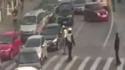 Vozio policajca na haubi dok se nije sudario