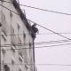 Drama u Srbiji: Popeo se na zgradu i prijetio da će se ubiti, masa mu skandirala da skoči