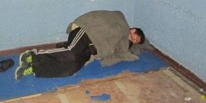 Ima samo 15 g., mama mu umrla, otac protjerao, a on spava na ulici. Može li mu ko pomoći?