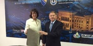Gradonačelnik Sarajeva uručio ambasadorici Cormack kameni fragment sarajevske Vijećnice