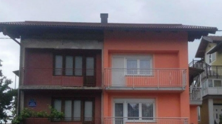 Jedna kuća, dvije fasade, dva balkona, dva ulaza, dvije kapije…