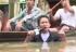 Istinska predanost poslu: Novinar izvještavao u vodi do grla