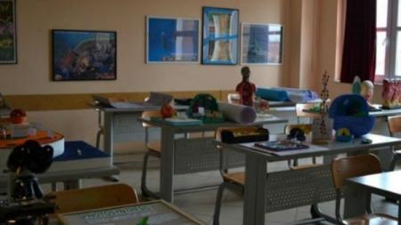 DRAMA U KISELJAKU: Nastavnik divljao u učionici, šutao klupe i milovao učenicu po kosi