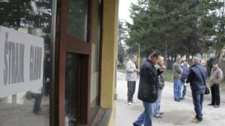 Radikalne mjere tokom štrajka glađu: Radnici tuzlanske Livnice odbijaju vodu i pomoć ljekara
