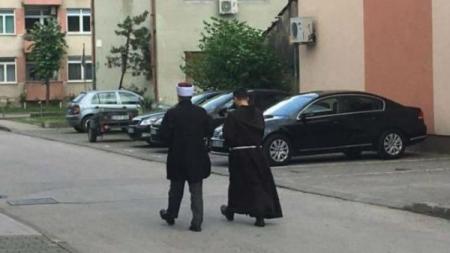 Sasvim običan dan u Bihaću, gradu suživota: Hodža i fratar u popodnevnom druženju