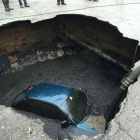 zemlja se otvorila ogromna rupa progutala automobil