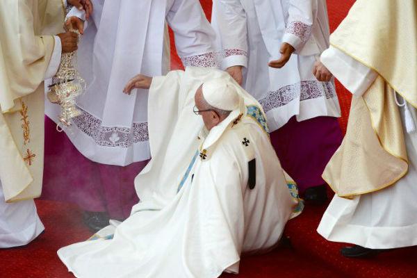 sapleo se na stepenicu papa franjo pao na pocetku mise u poljskoj