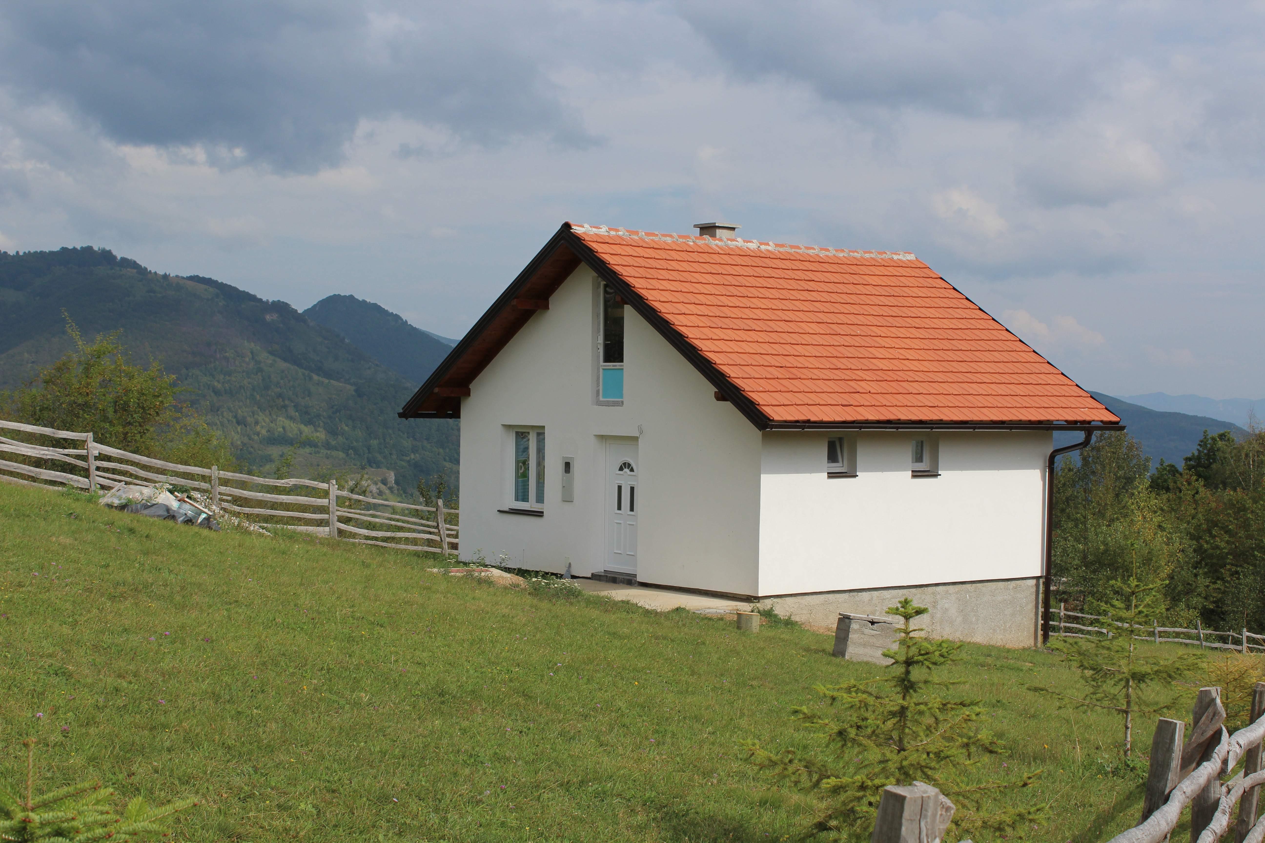 Nova kuća zjapi prazna, jer nemaju novca da priključe struju i vodu