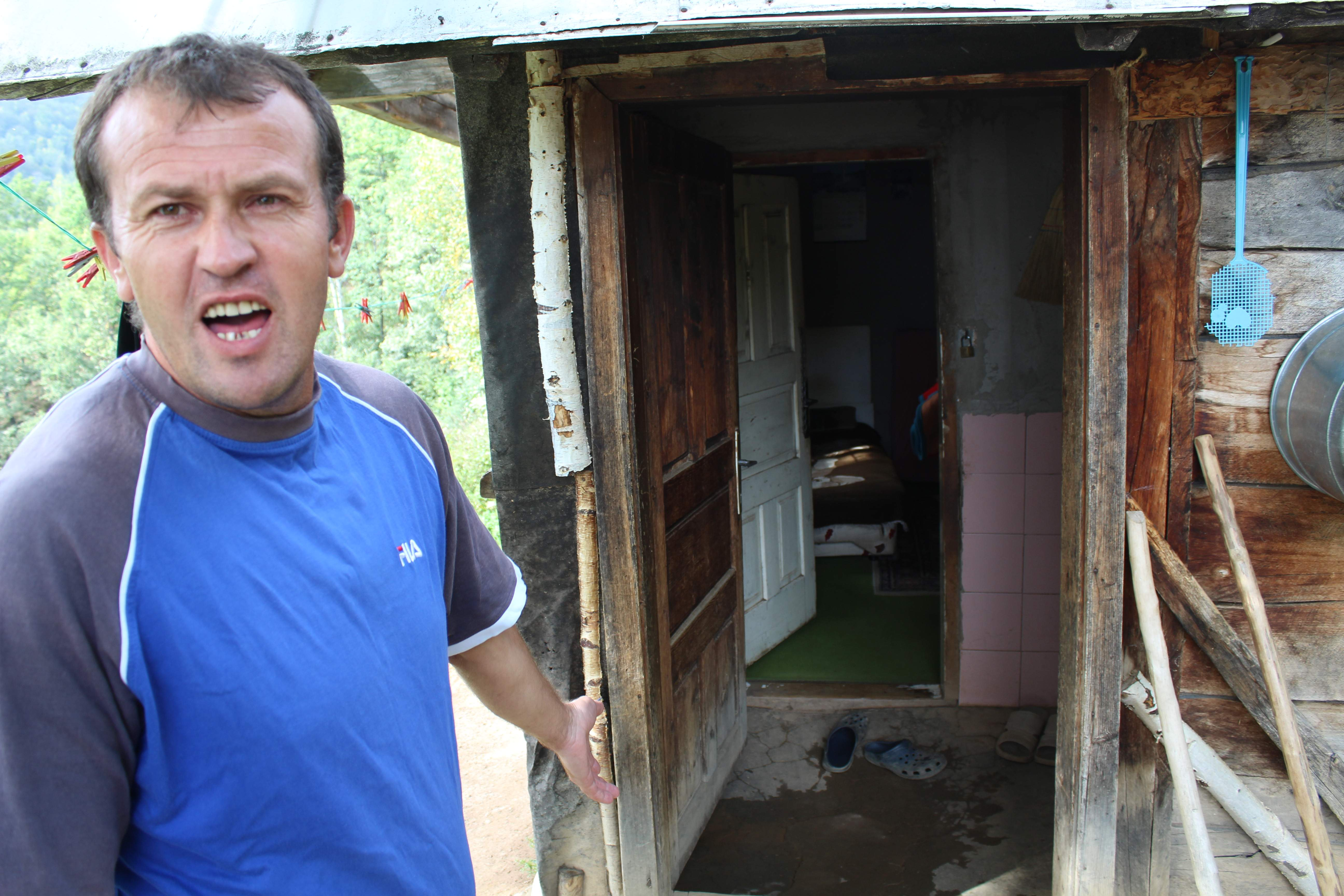 Zenid pokazuje kolibu u kojoj žive