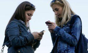djevojke tipkaju na mobitel - Jutarnji