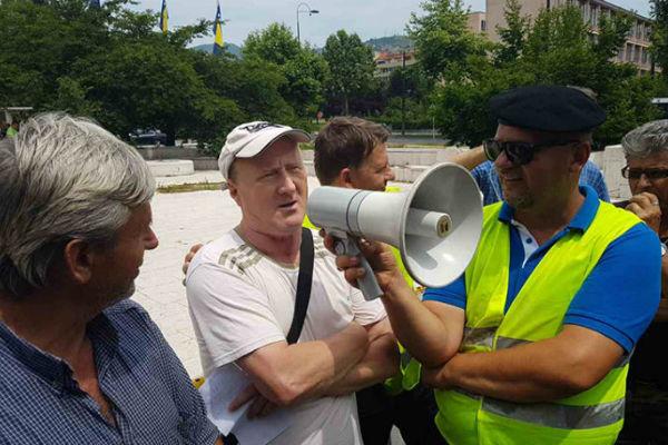 ismet horo salama izmamio osmijeh demobilisanim borcima koji protestuju