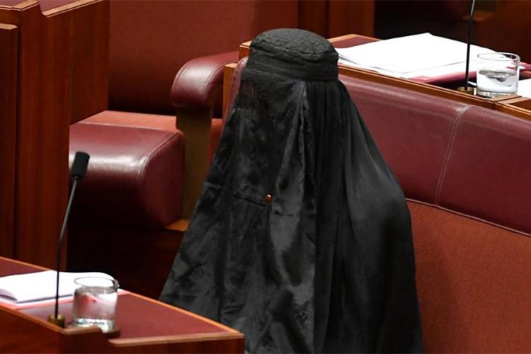 lider australijske desnice sokirala noseci burku u senatu
