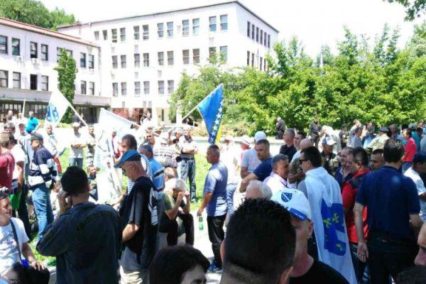 nastavljeni protesti ispred zgrade parlamenta bih u sarajevu