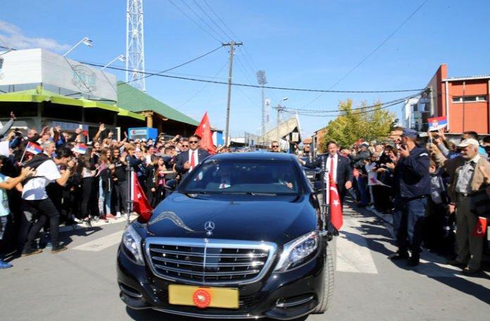 erdogan zaustavio kolonu u novom pazaru i poljubio nani ruku