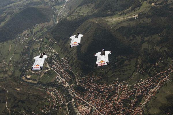 red bull sky dive tim let iznad bosanske doline piramida
