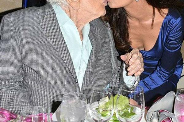 ovaj poljubac je zgrozio sve glumica ima 48 godina a on je vise nego duplo stariji