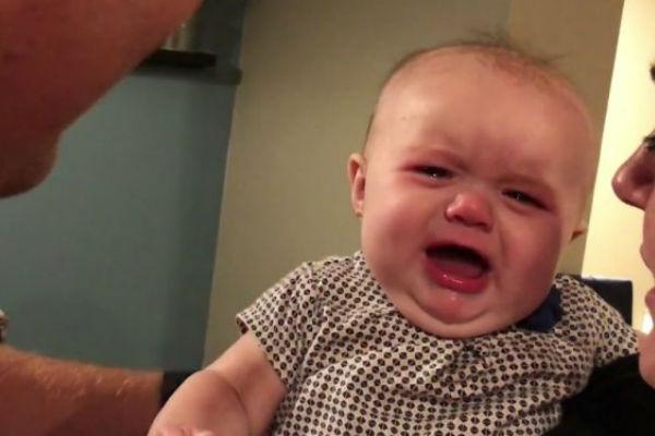 preslatka beba place svaki put kada se njeni roditelji poljube