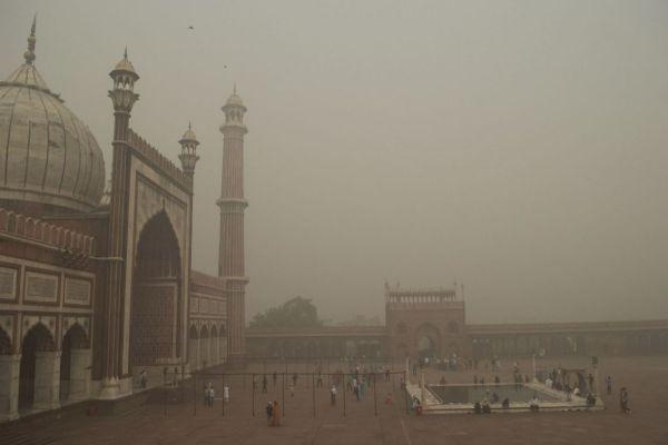 u indiji zbog zagadenosti vidljivost smanjena na jedan metar