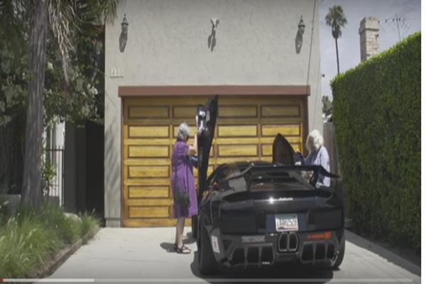 Vidio Je Dvije Bake Kako Sjedaju U Skupocjeni Lamborghini