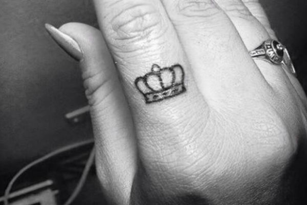 Zašto Djevojke Masovno Tetoviraju Krune Na Prstima Haberba