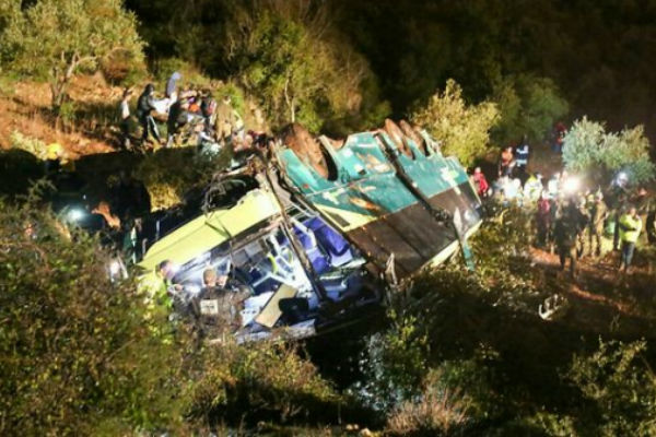 stravicna nesreca autobus sletio s puta i udario u drvo u provaliji vise od 20 mrtvih