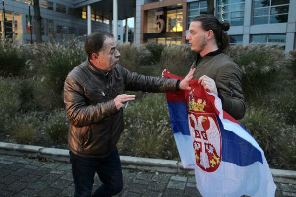 ko je mladic sa zastavom srbije ispred haskog tribunala
