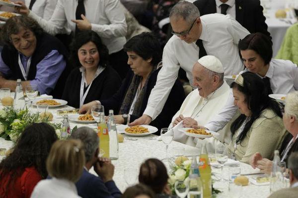 papa organizovao rucak i medicinski pregled za beskucnike