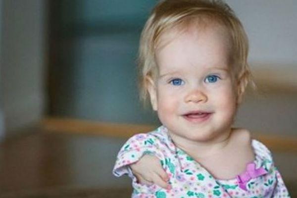 njena beba je rodena bez ruku kad je pocela da uci sama da jede majci su krenule suze
