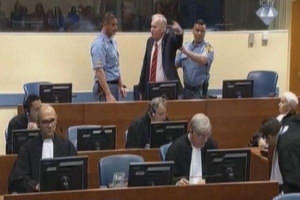 pogledajte kako je ratko mladic udaljen iz sudnice