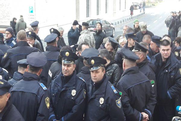 policajci na protestima pred zgradom parlamenta fbih