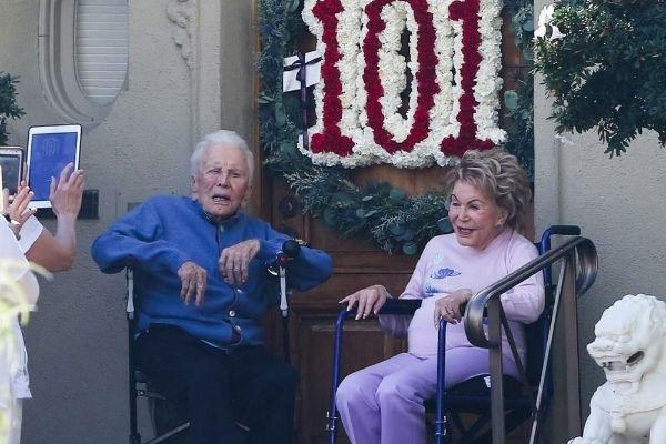 slavlje u los angelesu kirk douglas proslavio 101 rodendan u drustvu svoje 98 godisnje supruge