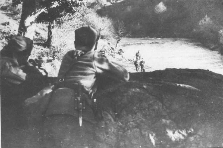 fotografija kakve nema na svijetu partizani u zasjedi uslikani u trenutku kada neprijatelja hvataju u zamku