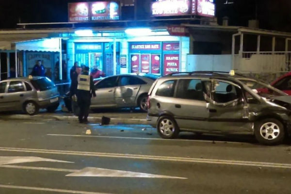 teska nesreca zena izletjela kroz prozor vozila preminula na putu ka bolnici