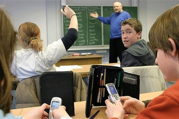 francuska zabranjuje dacima mobilne telefone u skolama