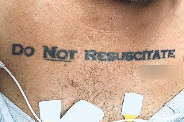 zbog ove tetovaze su ga ljekari pustili da umre