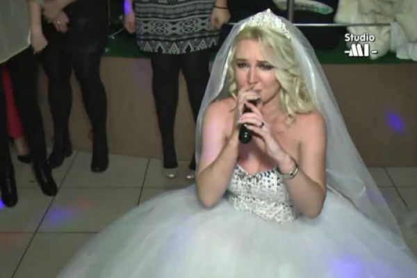 ovakvu svadbu jos nikada niste vidjeli na pola pjesme zehre bajraktarevic potrazi me mlada je pala na koljena