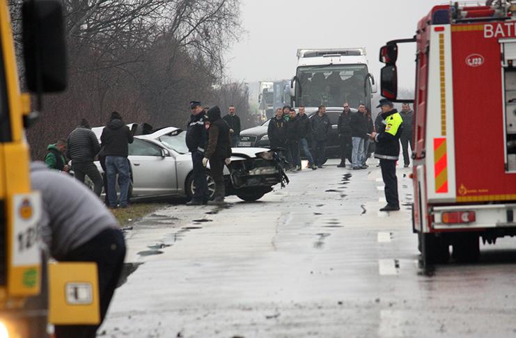 jos jedan zivot izgubljen na bh cestama strahovit prizor nesrece automobil se od siline udara prepolovio