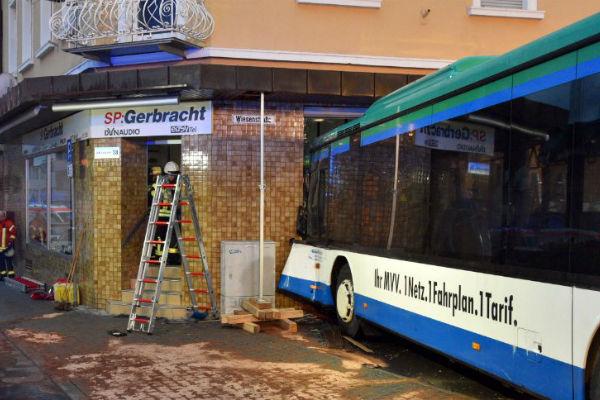 nesreca u njemackoj autobus pun djece bez kocenja se zabio u kucu desetero tesko povrijedenih