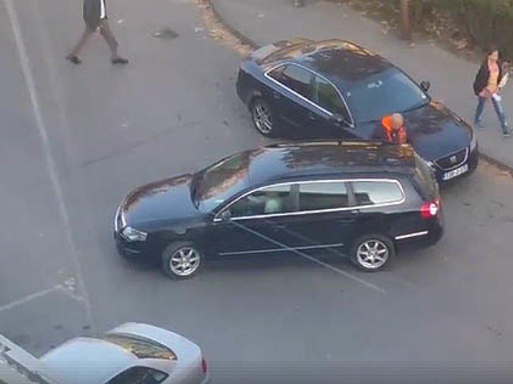 snimljeno na parkingu u tuzli kako to jedna zena radi