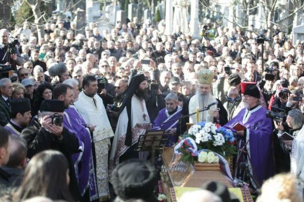 narod u cudu na sahrani oliveru ivanovicu pogledajte iznad kovcega da li je ovo moguce
