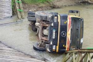Nije povrijeđen vozač kamiona koji je upao u korito rijeke Spreče