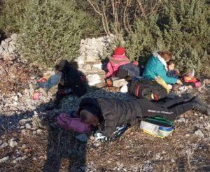 Fotografija iz Ljubuškog tjera na plač: Roditelji sa šestero djece spavaju uz cestu na minus 3