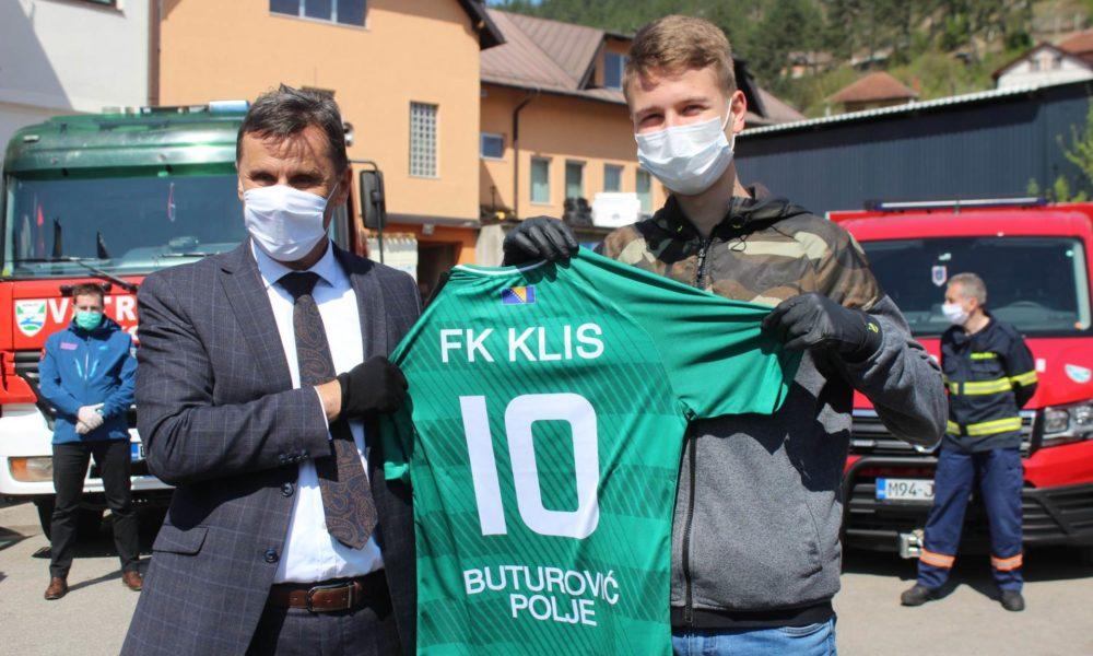 Novalić se zahvalio heroju Aliju, premijer dobio dres na poklon ...