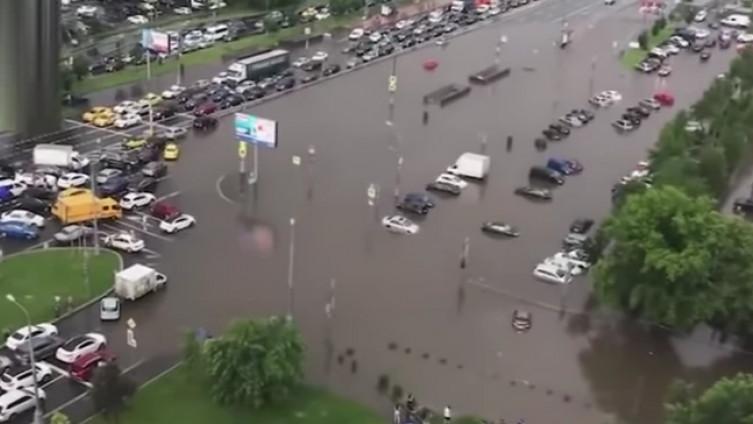 nevrijeme u Moskvi - Nevrijeme u Moskvi: Automobili plivaju ulicama kao čamci