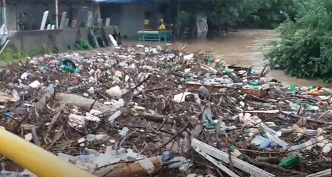"""smece - Sva naša sramota: Ogromne nanose smeća """"zaustavio"""" most"""