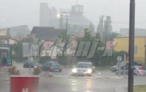 Nevrijeme u Kaknju: Vatrogasci izvlačili poplavljena vozila