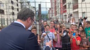 Vučić dijelio djeci čokolade, Dodik ih pitao: Sarajevo ili Borac?