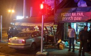 Težak sudar u Tuzli: Jedno vozilo uletjelo u trgovinu, ima povrijeđenih