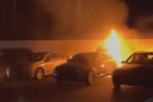 Pogledajte kako vatra guta automobile u auto-kući kod Viteza